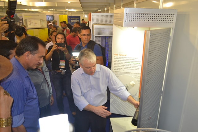 Governador ouve explicações em um dos estandes do Pavilhão