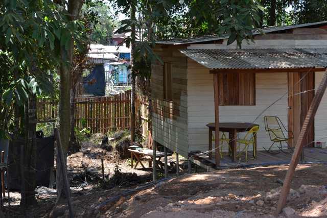 Uma das casas dentro da área invadida estava para venda