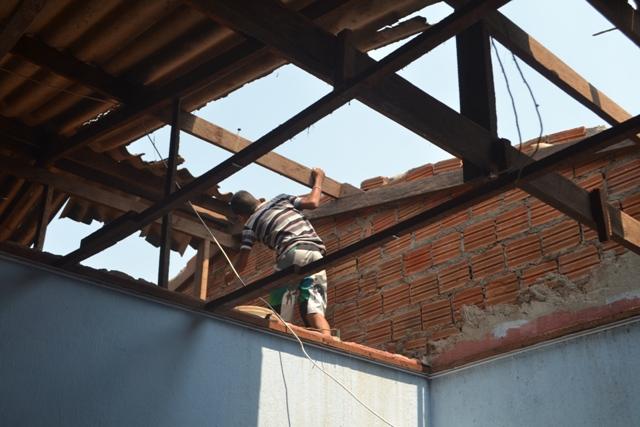 A casa ao lado teve parte do telhado retirado para dar passagem aos bombeiros. Fotos: André Silva