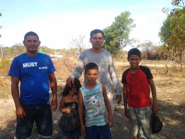 """De blusa cinza, Luiz Pereira Monteiro, um dos líderes da invasão: ninguém quer apartamento. """"A gente quer casa"""""""