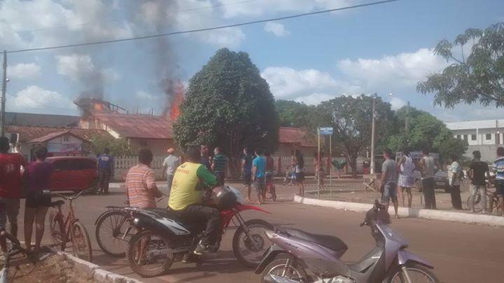 O incêndio só foi controlado no fim da tarde. Fotos: Keli Sousa