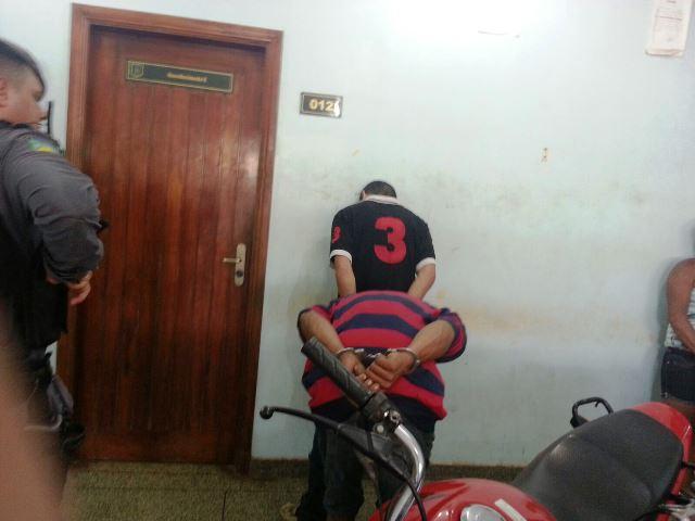 Na delegacia, a dupla debochou da polícia e dos ladrões de Macapá. Fotos: Jair Zemberg