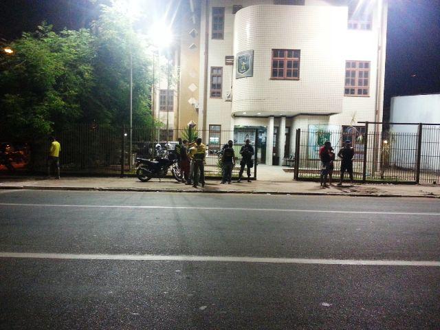Mototaxistas que ajudaram o amigo em frente ao prédio do Ciosp. Fotos: Jair Zemberg