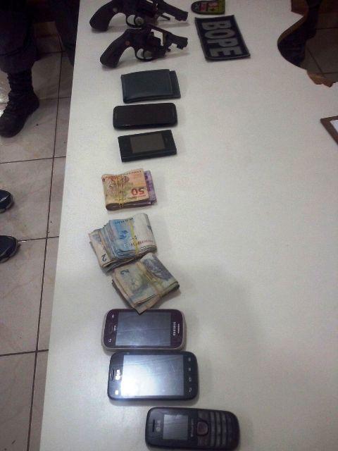 Objetos, armas e dinheiro apreendidos com os bandidos. Fotos: Bope