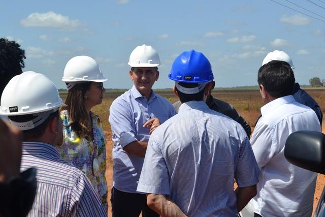 Governador Waldez Góes conversa com técnicos e engenheiros responsáveis pela obra. Fotos: André Silva