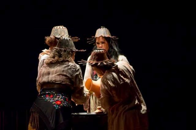 Uma vez por ano, elas deixam de ser mulheres de pedra para festejar e relembrar a vida. Fotos e vídeo: Divulgaçãoi
