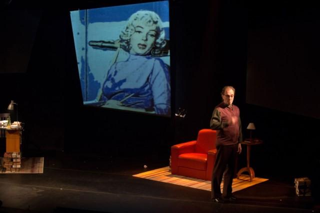 Projeções no palco possibilitam o diálogo do protagonista com os grandes nomes da humanidade. Fotos: Divulgação