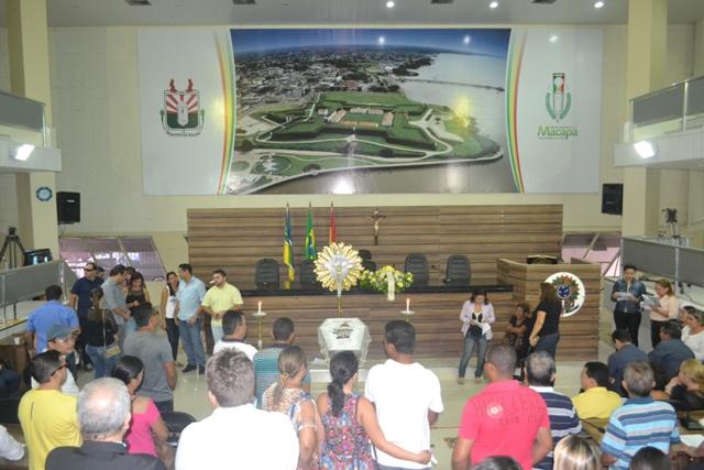 Após o velório, o corpo foi levado para Laranjal do Jari, onde acontece o enterro. Fotos André Silva