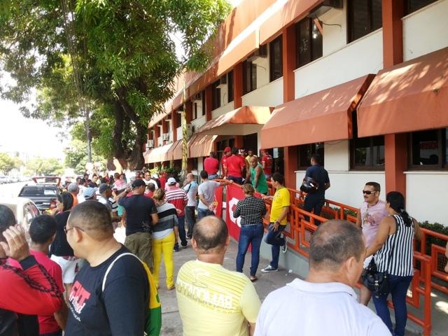 Vigilantes se concentraram em frente a Secretaria de Estado da Educação. Fotos: Cássia Lima