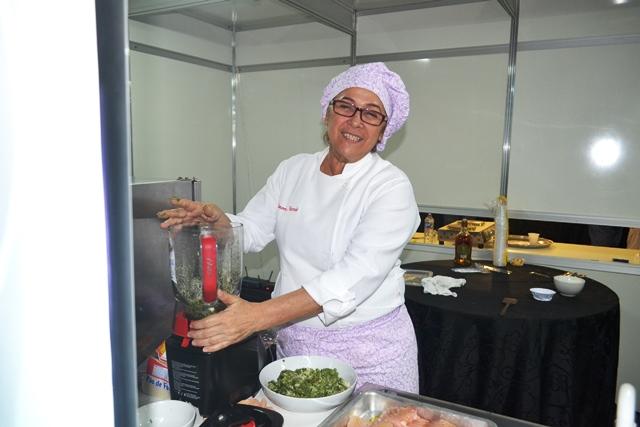 Socorro Azevedo auxiliar o chef Paulo, do Rio de Janeiro
