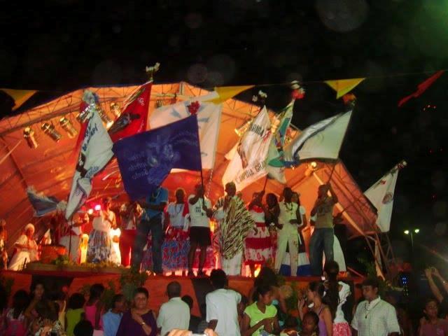 Cada grupo quilombola levou sua bandeira para a abertura do Encontro dos Tambores