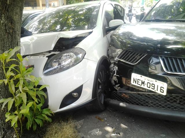 O prejuízo não foi maior porque o motorista bateu numa árvore