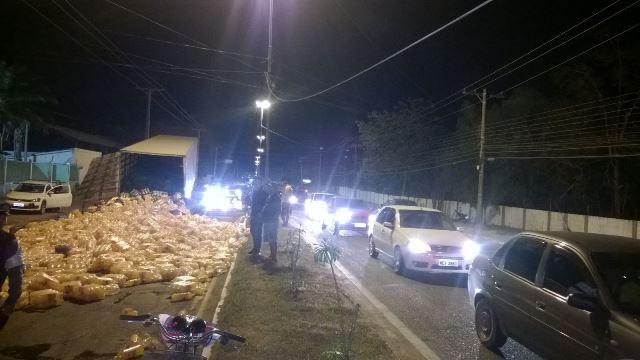 Trânsito chegou a ficar congestionado, mas policiais agiram rápido desviando o tráfego. Fotos: Tenente José Pantoja