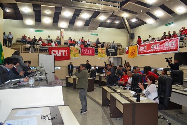 Parlamentares e trabalhadores na audiência pública sobre a terceirização do trabalho. Fotos: André Silva