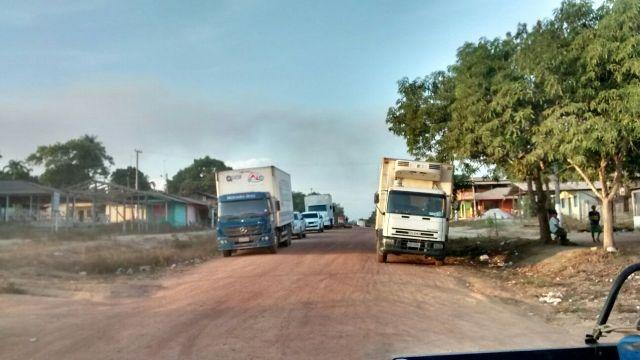 Caminhões parados ao longo da estrada barrados pelos manifestantes. Fotos cedidas pela PRF