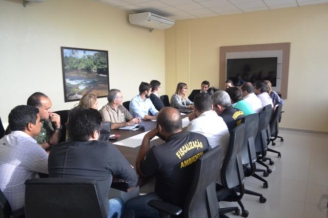 Mesa forma por representantes da empresa, de órgãos ambientais e promotoras. Fotos: André Silva