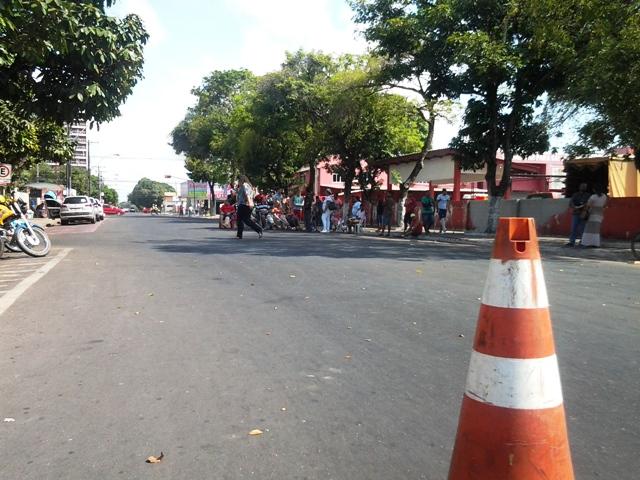 Rua ficou bloqueada até quase o fim da manhã. Fotos: André Silva