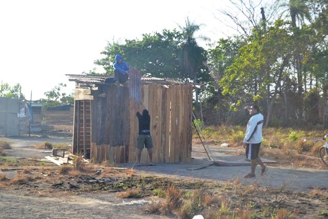 Moradores tentam salvar material de construção