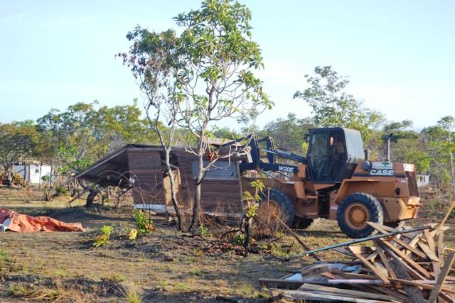 Tratores derrubam barracos ao longo de 4 quilômetros da rodovia. Fotos: André Silva