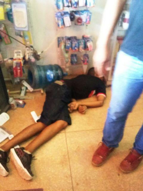 O corpo do jovem de apenas 17 anos caído no chão do mercadinho