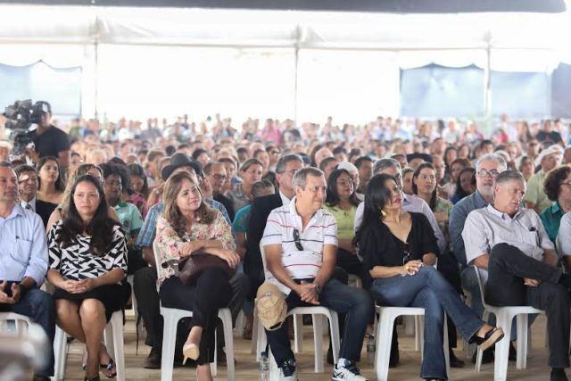 Autoridades e produtores rurais ouvem explanação da ministra. Fotos: Marcelo Loureiro