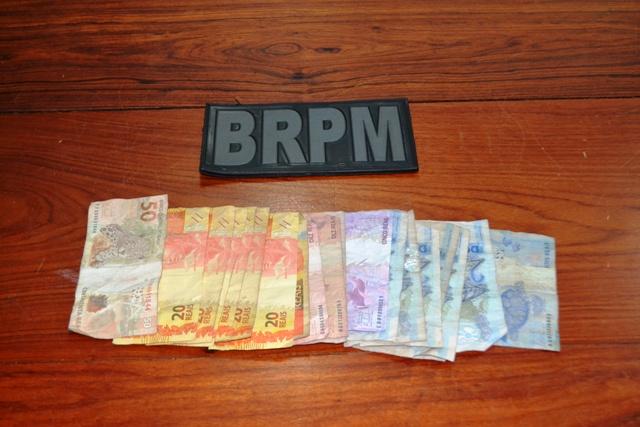 Parte do dinheiro do assalto que estava com Wellington. Fotos: André Silva