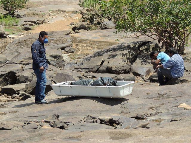 Funcionários da prefeitura recebem os corpos. Fotos: Humberto Baía