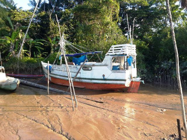 Barco suspeito foi abordado por duas equipes. Fotos: PC de Oiapoque