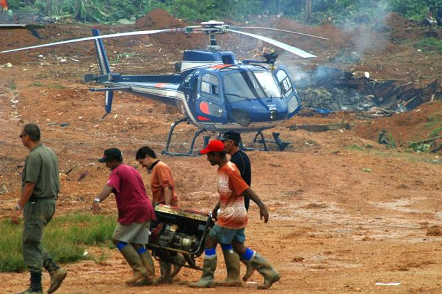 Em operação da polícia francesa, garimpeiros retiram motor usado na extração de ouro