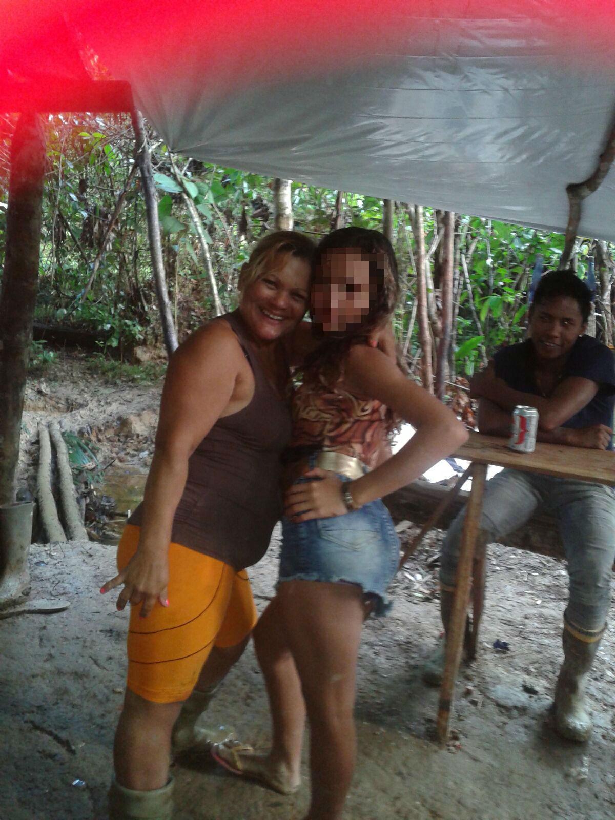 Cláudia Silva com a adolescente que dança e bebe no acampamento