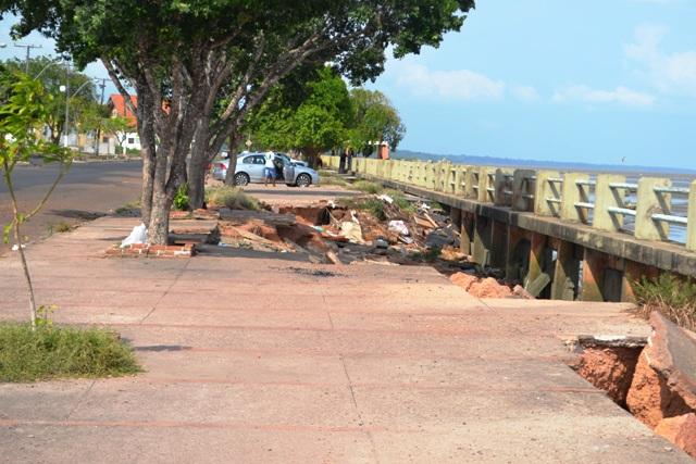 O local está abandonado devido ao buracos nas calçadas