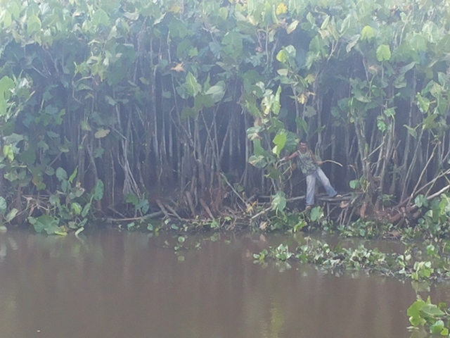 Quem foi pescar na lagoa, como Júnior Silva, teve que enfrentar a fumaça