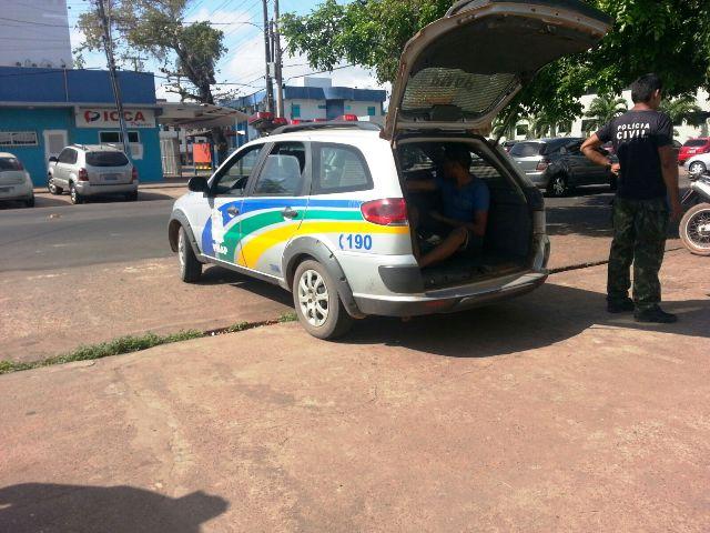 Policiais de Itaubal chegam com o adolescente em Macapá depois de ameaças. Fotos: Jair Zemberg