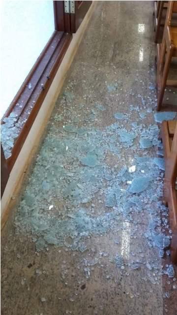Ladrões quebraram o vidro da janela e entraram