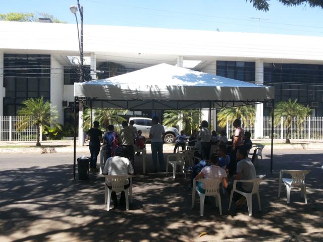 Professores montaram barraca em frente ao Setentrião. Fotos: Cássia Lima