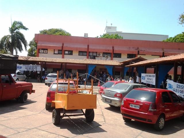 Os servidores estão acampados  dentro da Secretaria de Educação. Fotos: André Silva