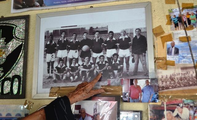 Vadoca mostra com orgulho um dos times pelo qual atuou
