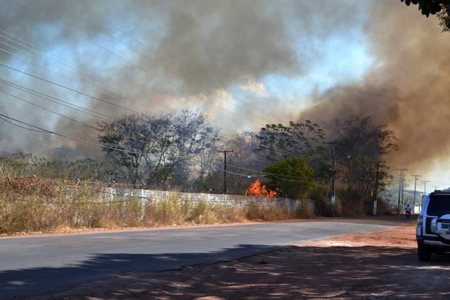 A fumaça era vista de longe, preocupando quem passava pelo local