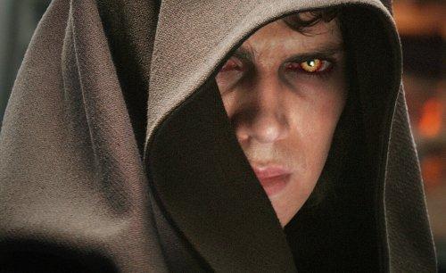No Episódio III, A Vingança dos Sith, de 2005, Anakin mergulha no lado sombrio