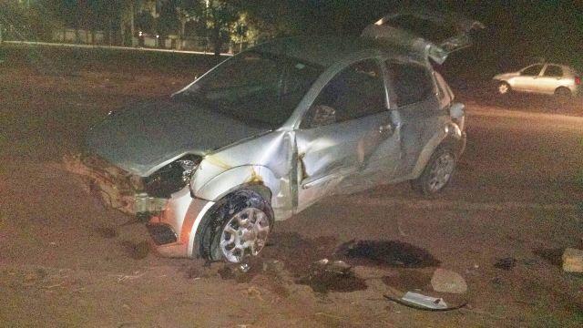 O Ford Ka saiu da pista, bateu em um poste e capotou sobre o corpo do motorista. Fotos cedidas pelo BPRE
