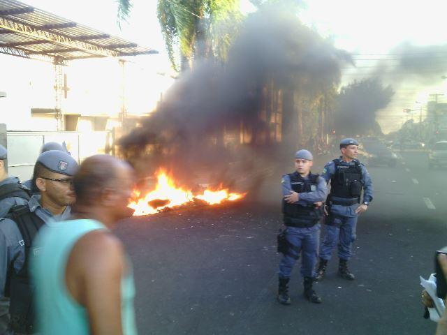 Policiais tentaram convencer os manifestantes a parar com o fogo