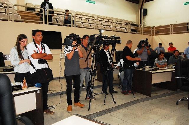 Jornalistas na coletiva do colegiado de deputados