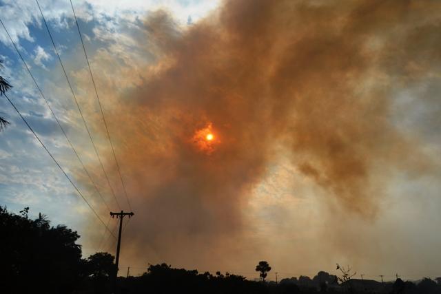 A coluna de fumaça era vista de longe. Fotos: André Silva