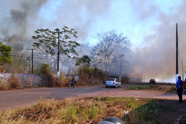 O incêndio ameaçou as casas próximas à área. Fotos: André Silva