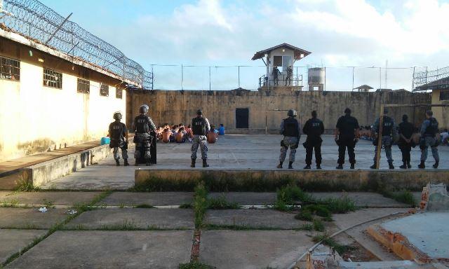 Detentos são vigiados enquanto a revista ocorrer nas celas