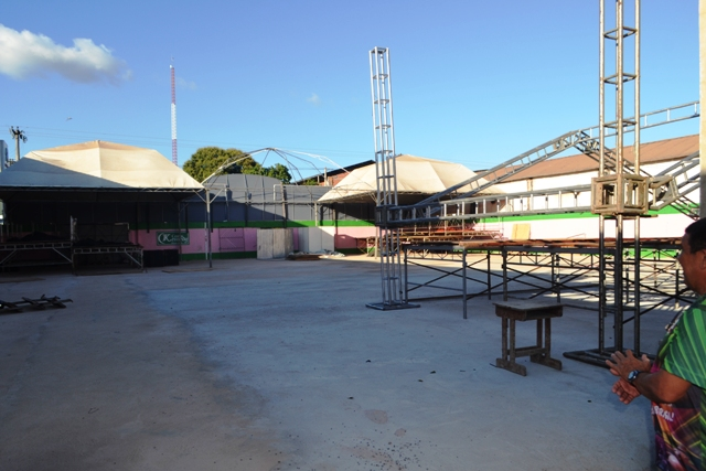 A quadra da escola está sendo preparada para a festa. Fotos: André Silva