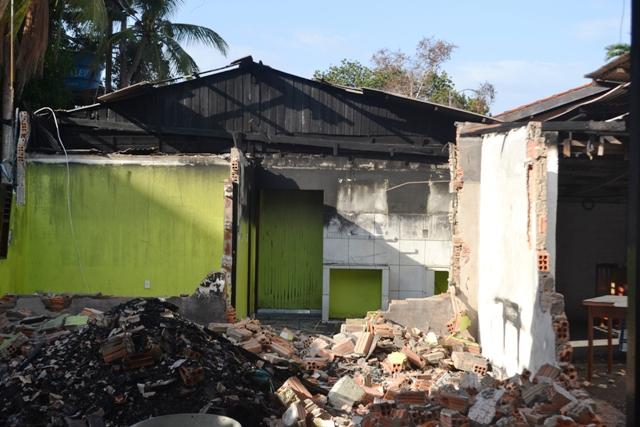 O fogo destruiu uma casa e o barracão