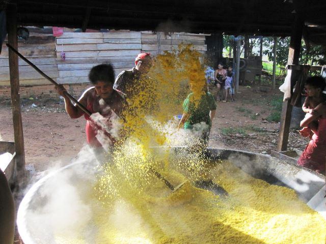 Abusadas pelo pai, as crianças ajudam na produção de farinha