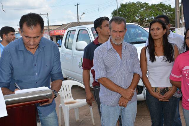 Waldez repassa patrulha mecanizada ao prefeito Miguel do Posto. Fotos: Humberto Baía