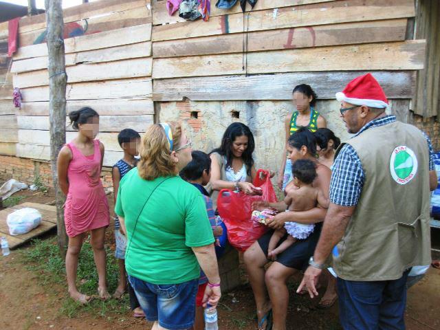 Crianças recebem roupas e brinquedos da ONG. Fotos: Humberto Baía